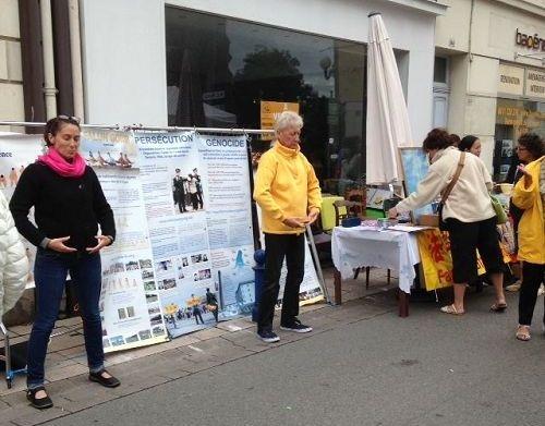 在法国圣马罗市传播法轮功真相