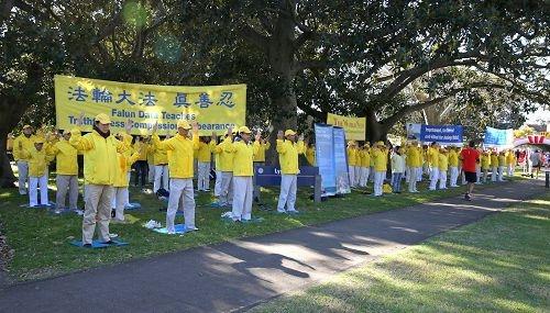 悉尼法轮功学员在慈善长跑中传播真相