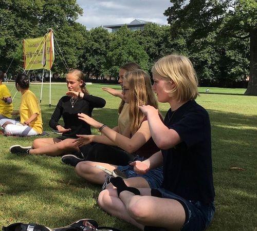 丹麦三城民众喜闻法轮大法福音