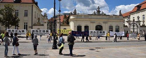 波兰法轮功学员抗议张德江到访
