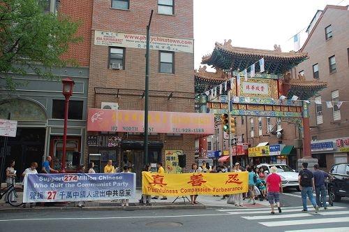 在费城中国城介绍法轮功 獲西方社会的支持