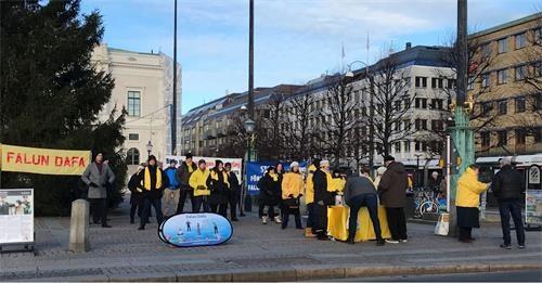 """瑞典民众:""""我们相信法轮功,相信有神"""""""
