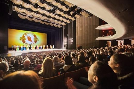 蒙特利尔周六两满场 艺术之都观众向神韵艺术家致敬
