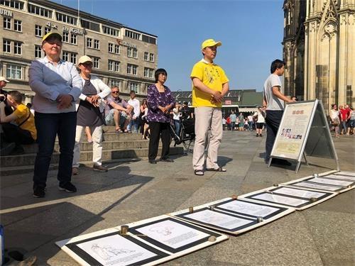 科隆法轮功学员大教堂前传真相 民众支持反迫害