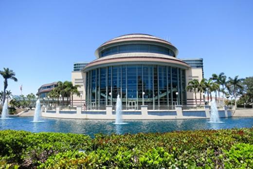 跨州跨市追看 西棕榈滩观众向神韵总监致敬