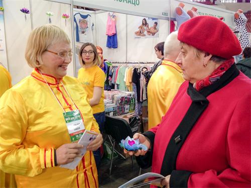 法輪功學員應邀參加彼得堡展會