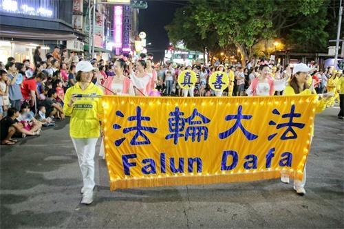 """台湾""""头份四月八""""踩街 法轮功腰鼓队获奖"""