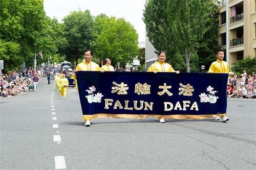 华州独立日游行 观众对法轮功团体热烈欢呼