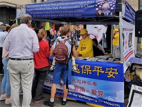 """德国""""中国节"""" 法轮功学员讲真相"""