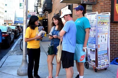 法轮功学员在费城中国城传真相
