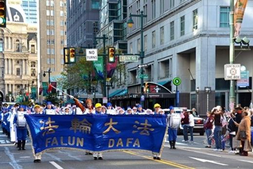 费城退伍军人节大游行 法轮功天国乐团获邀参加