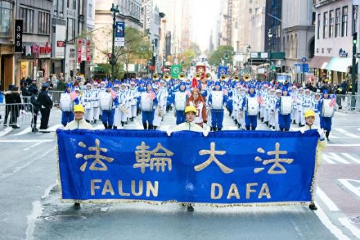 纽约退伍军人节游行 法轮功队伍亮眼