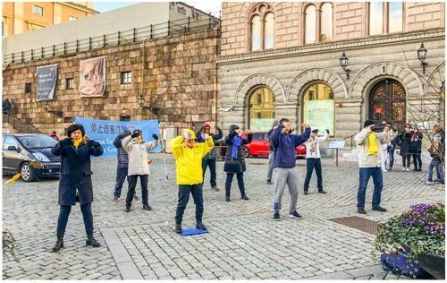瑞典法轮功学员冒雨传真相 民众支持