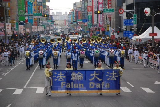 国际管乐节踩街 天国乐团辉煌嘉义
