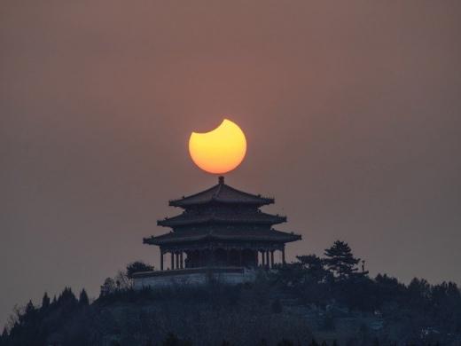 北京紫禁城上空驚現「天狗吃日」奇觀